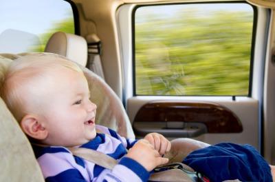 Taxi avec sièges d'auto pour bébés